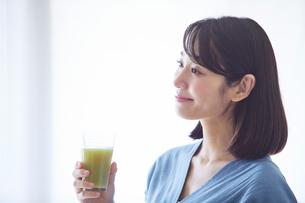 野菜ジュースを飲む女性の写真素材 [FYI02723872]
