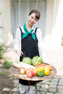 生鮮野菜を持つ野菜ソムリエの写真素材 [FYI02723910]