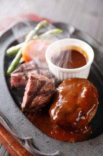 ステーキとハンバーグの鉄板焼きの写真素材 [FYI02723971]