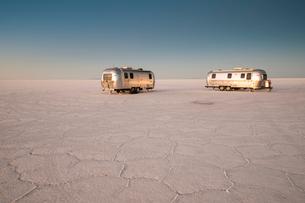 ウユニ塩湖で夜明けを迎えるキャンピングカーの写真素材 [FYI02724100]