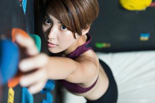 ボルダリングをする若い女性の写真素材 [FYI02724223]