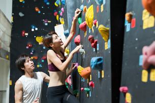 ボルダリングをする若い男女の写真素材 [FYI02724230]