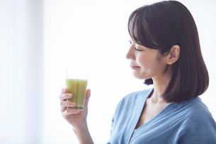 野菜ジュースを飲む女性の写真素材 [FYI02724303]
