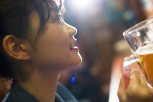 生ビールを飲む20代女性の写真素材 [FYI02724637]