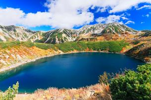 秋の室堂平・ミクリガ池と紅葉の立山連峰雄山の写真素材 [FYI02724721]