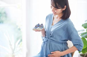 赤ちゃんの靴を持つ女性の写真素材 [FYI02724753]