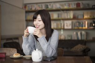 カフェでお茶を飲んでいる女性の写真素材 [FYI02724986]