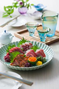 お刺身5点盛りと日本酒の写真素材 [FYI02725018]
