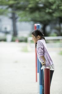 鉄棒で遊ぶ女の子の写真素材 [FYI02725056]