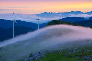 四国カルストと霧の山並み夕景の写真素材 [FYI02725182]