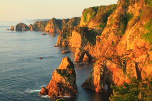 朝日に染まる北山崎断崖の写真素材 [FYI02725212]