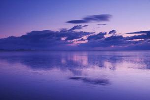 野付湾の朝とホタテ船の出漁の写真素材 [FYI02725341]