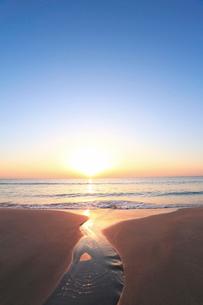 浜辺の小川に朝日の写真素材 [FYI02725412]