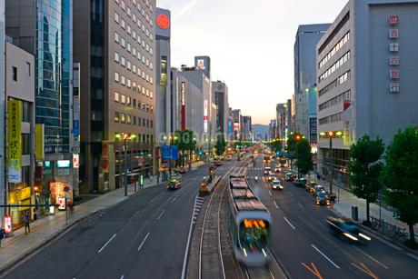 広島市相生通りの夕暮れの写真素材 [FYI02725578]