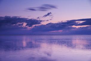 根室湾の朝とホタテ船の出漁の写真素材 [FYI02725655]