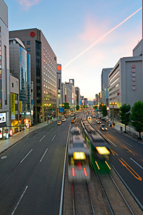 広島市相生通りの夕暮れの写真素材 [FYI02725666]