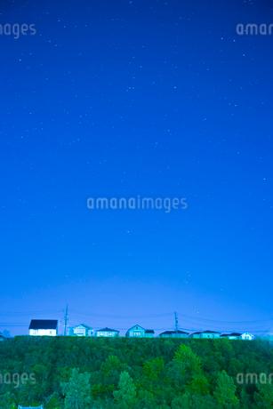 団地の住宅と星空の写真素材 [FYI02725709]