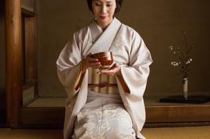 茶道を嗜む50代女性の写真素材 [FYI02726146]