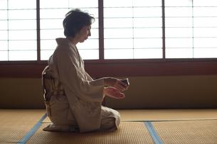 茶道を嗜む50代女性の写真素材 [FYI02726183]