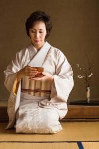 茶道を嗜む50代女性の写真素材 [FYI02726231]