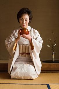 茶道を嗜む50代女性の写真素材 [FYI02726245]