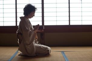 茶道を嗜む50代女性の写真素材 [FYI02726250]