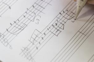 音符を書く女性の写真素材 [FYI02726686]