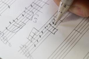 音符を書く女性の写真素材 [FYI02727206]