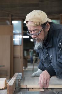 家具を作る男性の写真素材 [FYI02727832]