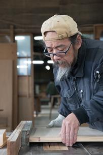 家具を作る男性の写真素材 [FYI02728219]
