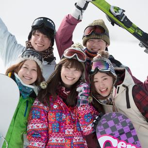 ゲレンデで微笑む若者たちの写真素材 [FYI02728297]