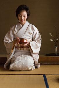 茶道を嗜む人達の写真素材 [FYI02728661]