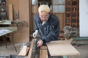 家具を作る男性の写真素材 [FYI02729058]