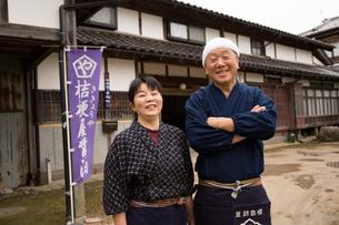笑顔の醤油造り職人夫婦の写真素材 [FYI02729110]