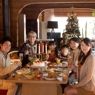 クリスマスパーティーをする3世代家族の写真素材 [FYI02729592]