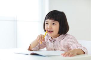 勉強をするおかっぱの女の子の写真素材 [FYI02730370]