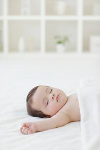 リビングでお昼寝をする赤ちゃんの写真素材 [FYI02730381]