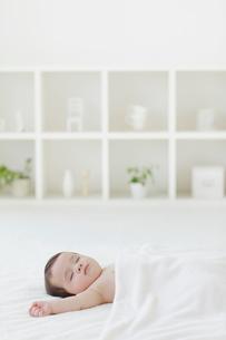 リビングでお昼寝をする赤ちゃんの写真素材 [FYI02730398]