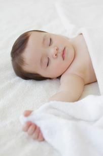 ベッドで眠る赤ちゃんの写真素材 [FYI02730459]