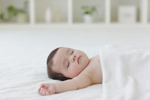 リビングでお昼寝をする赤ちゃんの写真素材 [FYI02730504]