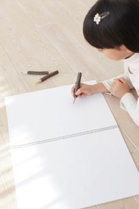 スケッチブックに色鉛筆で絵を描く女の子の写真素材 [FYI02730526]