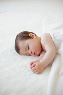 ベッドで眠る赤ちゃんの写真素材 [FYI02730558]