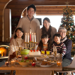 クリスマスパーティーをする3世代家族の写真素材 [FYI02730921]