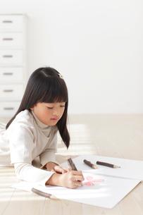 スケッチブックに色鉛筆で絵を描く女の子の写真素材 [FYI02731398]