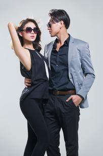 Fashionable young coupleの写真素材 [FYI02732373]