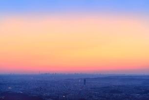 八王子城址山より朝焼けのスカイツリーと都心ビル群を望むの写真素材 [FYI02732681]