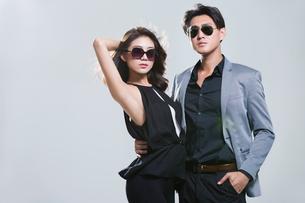Fashionable young coupleの写真素材 [FYI02732717]