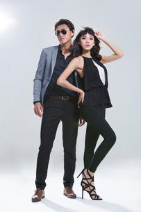 Fashionable young coupleの写真素材 [FYI02732921]