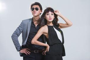 Fashionable young coupleの写真素材 [FYI02732946]