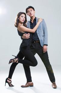 Fashionable young coupleの写真素材 [FYI02733034]